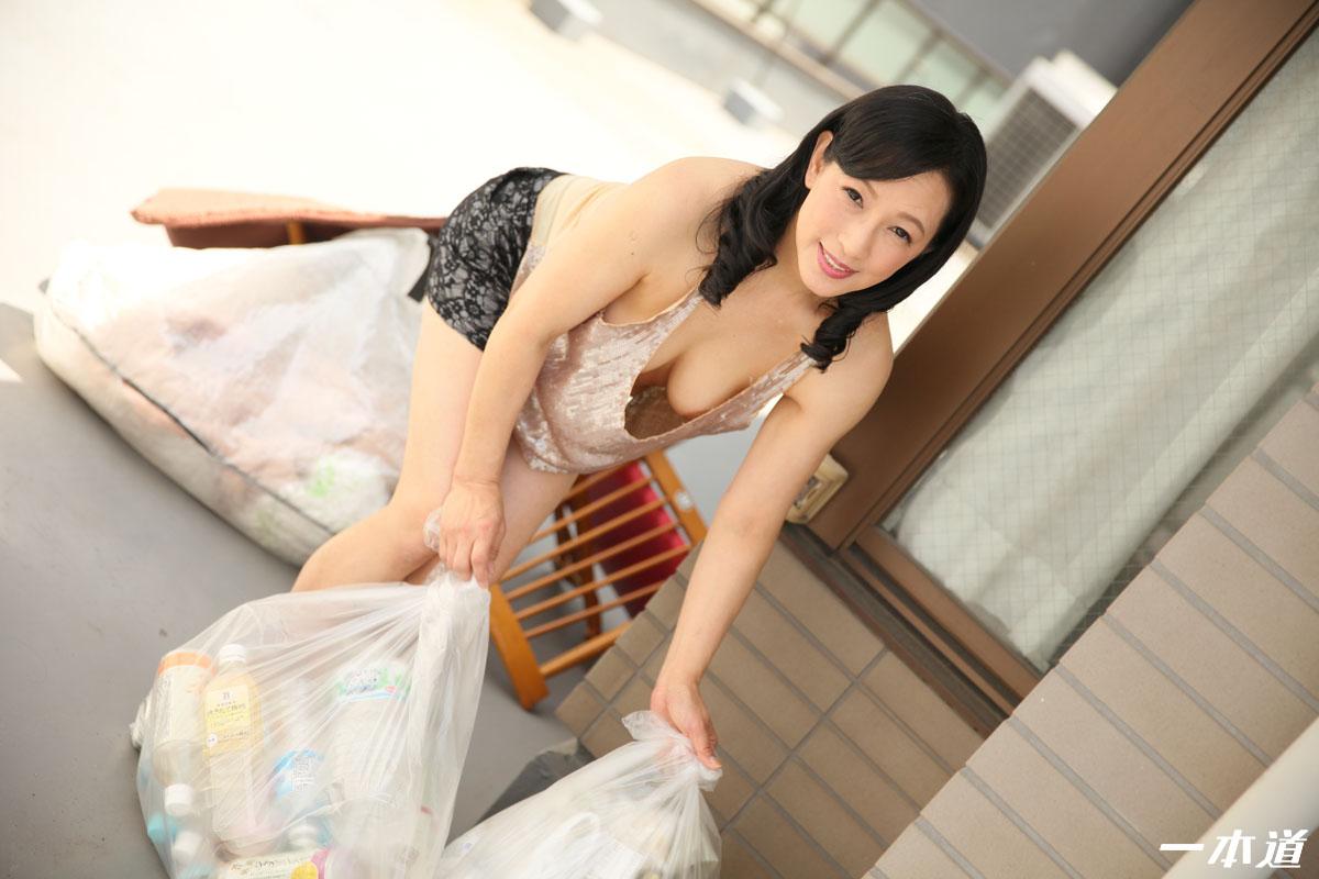 服部圭子 朝ゴミ出しする近所の遊び好きノーブラ奥さん 服部圭子