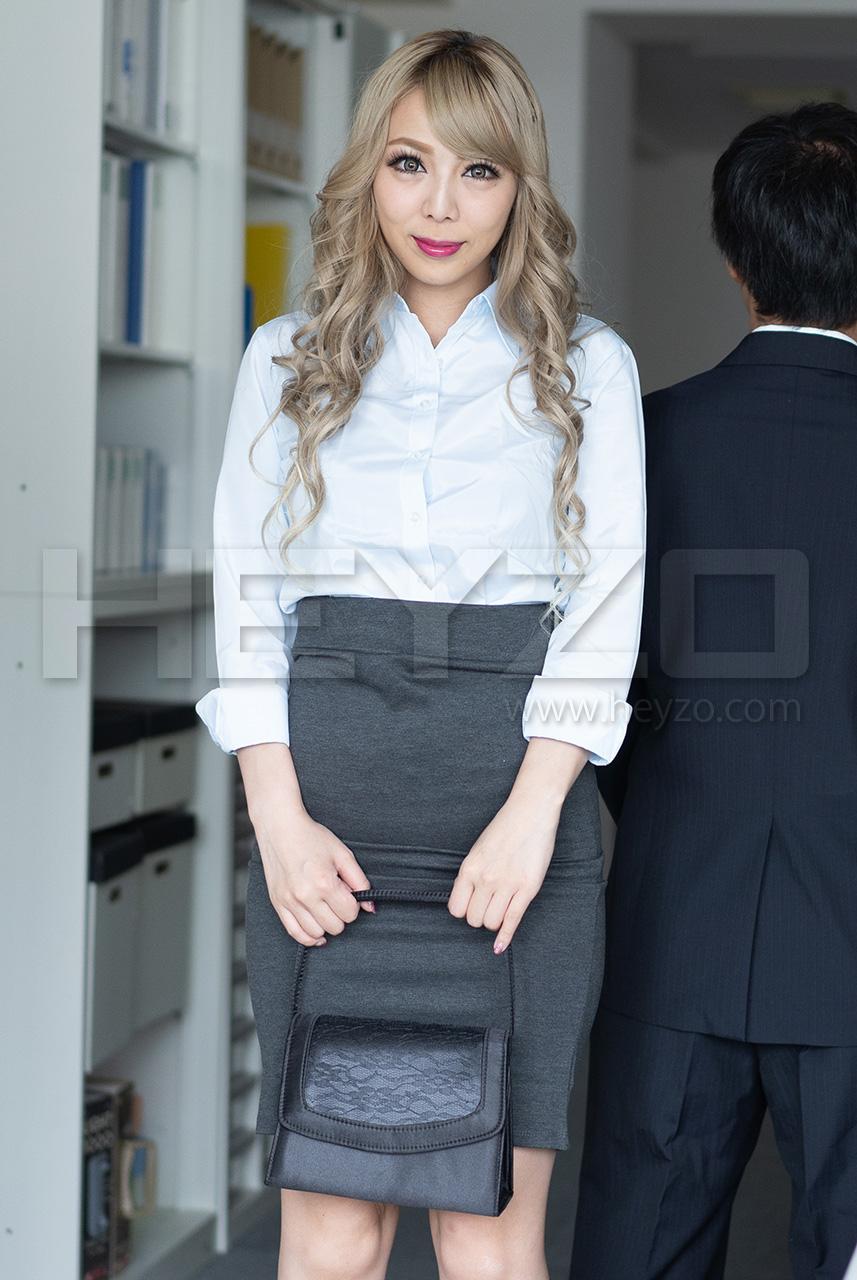 ルナ ケバい女のユルい股~派手目なOLをオフィスでヤる!~