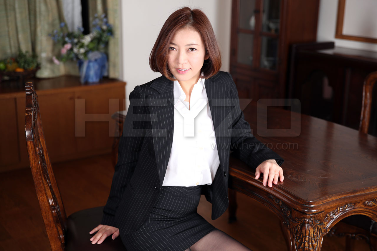 hitomi 美痴女~美乳熟女の淫靡な誘い~